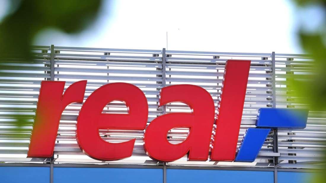 Das Logo der Real SB-Warenhauskette steht an einer Filiale.