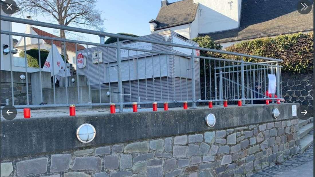 Das Geländer in Köln-Rodenkirchen von dem Bilder mit den Opfern von Hanau abgerissen wurden