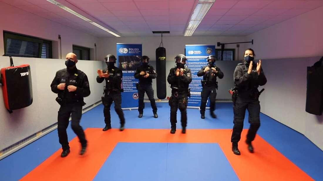"""Beamte der Polizei im Märkischen Kreis (Nordrhein-Westfalen) tanzen in einem Video im Rahmen der """"Jerusalema Challenge"""""""
