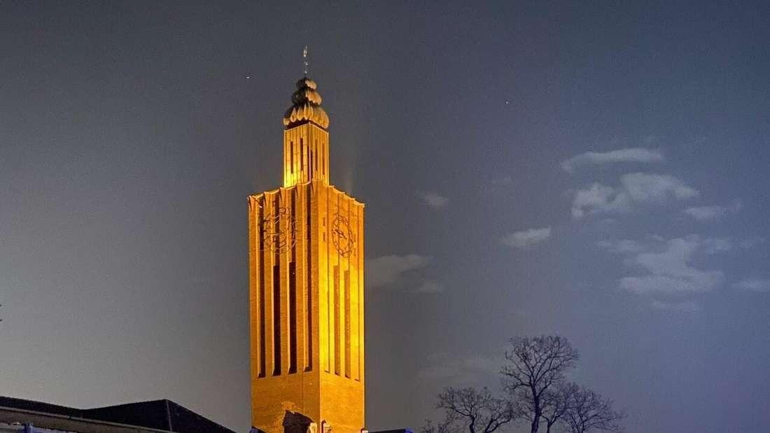 Der Kirchturm von Sankt Mariä Empfängnis in Köln-Raderberg am Abend.