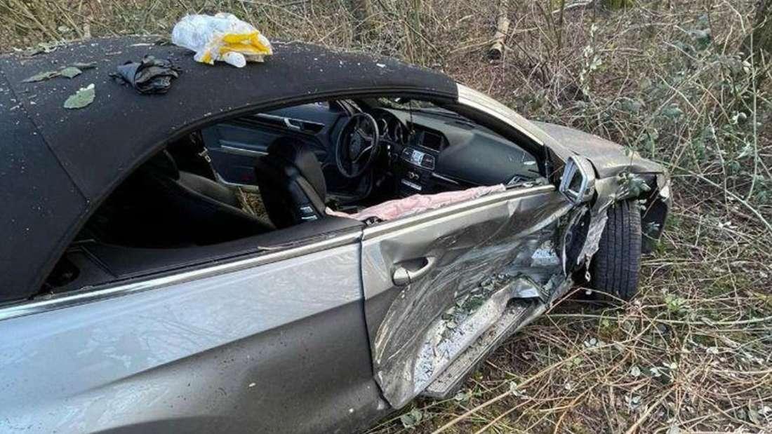 Ein Mercedes hat nach einen Unfall in Köln-Lindweiler einen Totalschaden.
