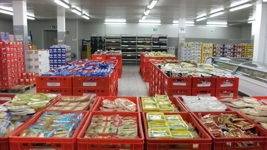 Lagerverkauf beim Kaas Frischdienst: In roten Kisten stapelt sich verschiende Käse-Produkte.