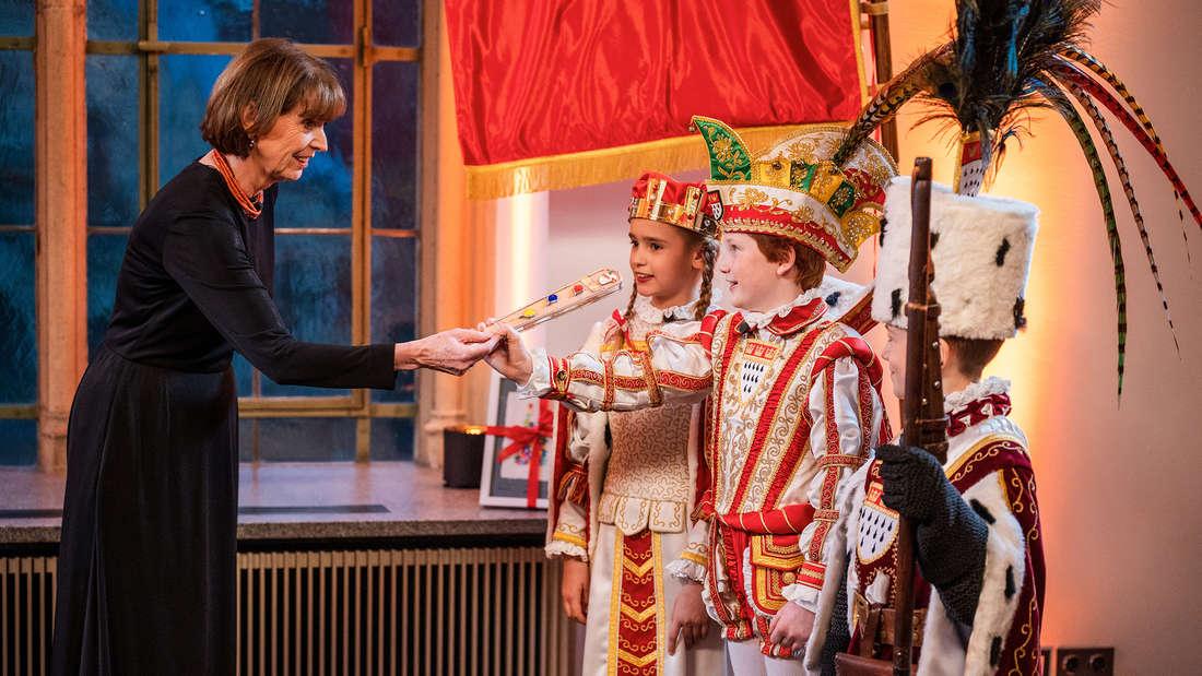 Das Kölner Kinderdreigestirn 2021 bei seiner Proklamation durch Kölns Oberbürgermeisterin Henriette Reker