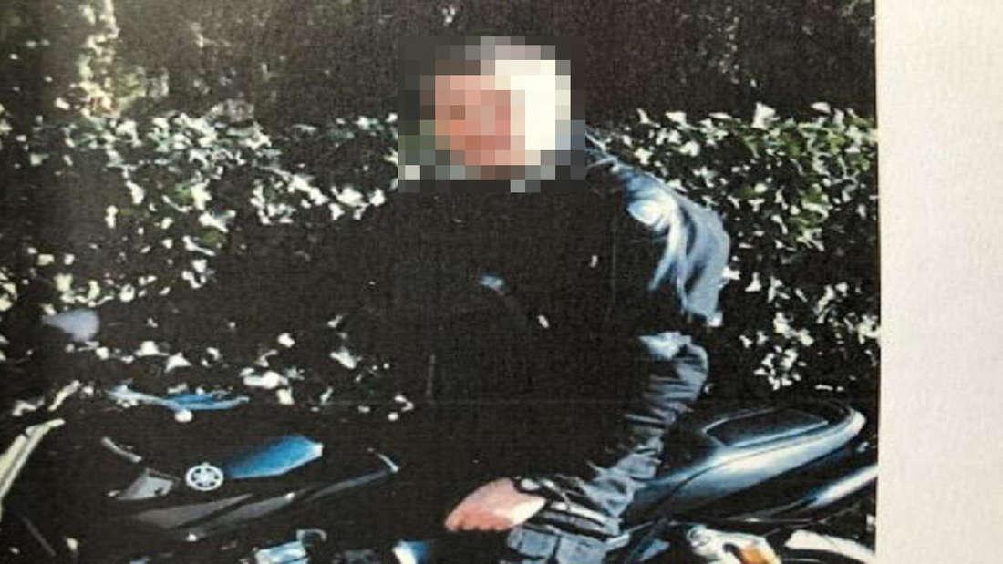 Ein Mann sitzt auf einem Motorrad.