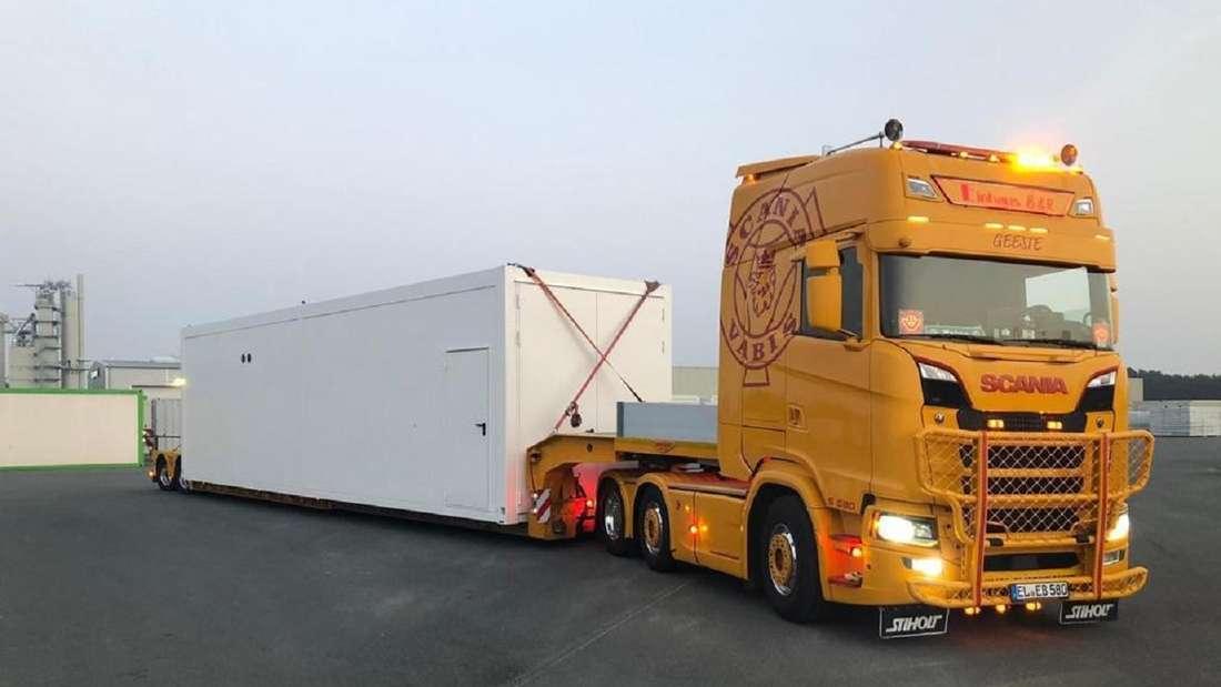 Ein Lkw fährt den Container-Shop Latebird zu seinem Standort.