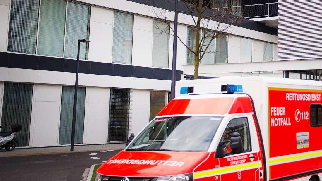 Ein Rettungswagen fährt an der Zentralen Notaufnahme der Uniklinik Düsseldorf vorbei