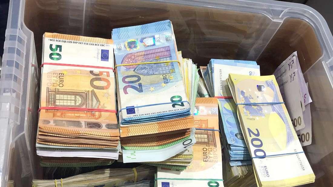 Beschlagnahmte Geldbündel liegen in einer Kiste beim Landeskriminalamt Nordrhein-Westfalen.