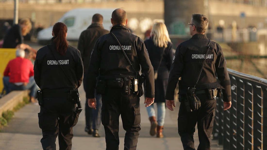 Mitarbeiter vom Ordnungsamt auf Düsseldorf auf Fußstreife am Rhein