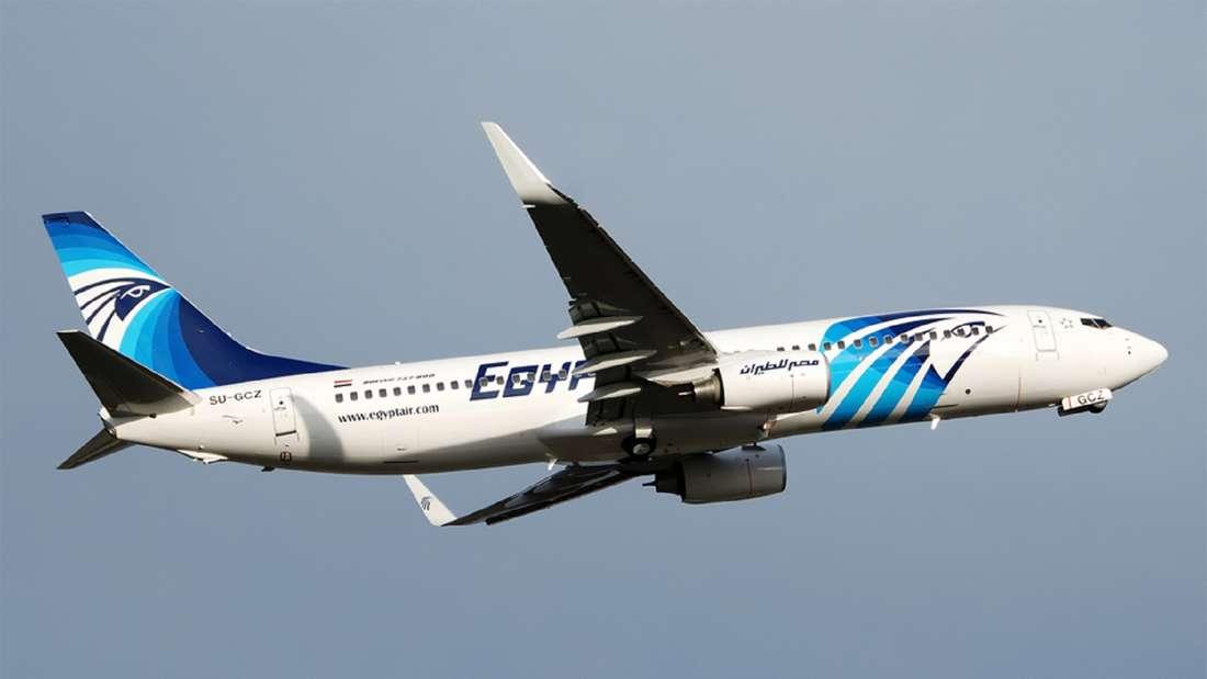 Ein Flieger der Airline Egyptair am Himmel.