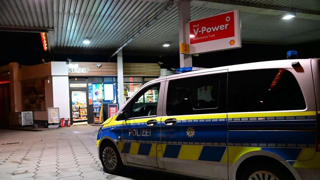 Ein Polizeiwagen steht an einer Shell-Tankstelle in Krefeld-Uerdingen.