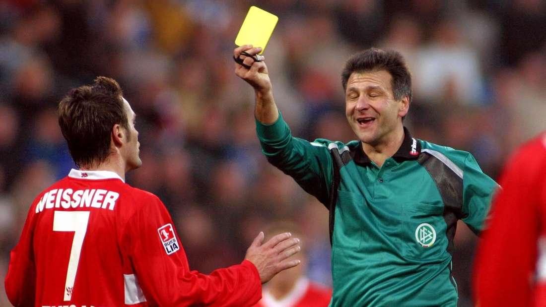 Silvio Meißner wird die Gelbe Karte gezeigt