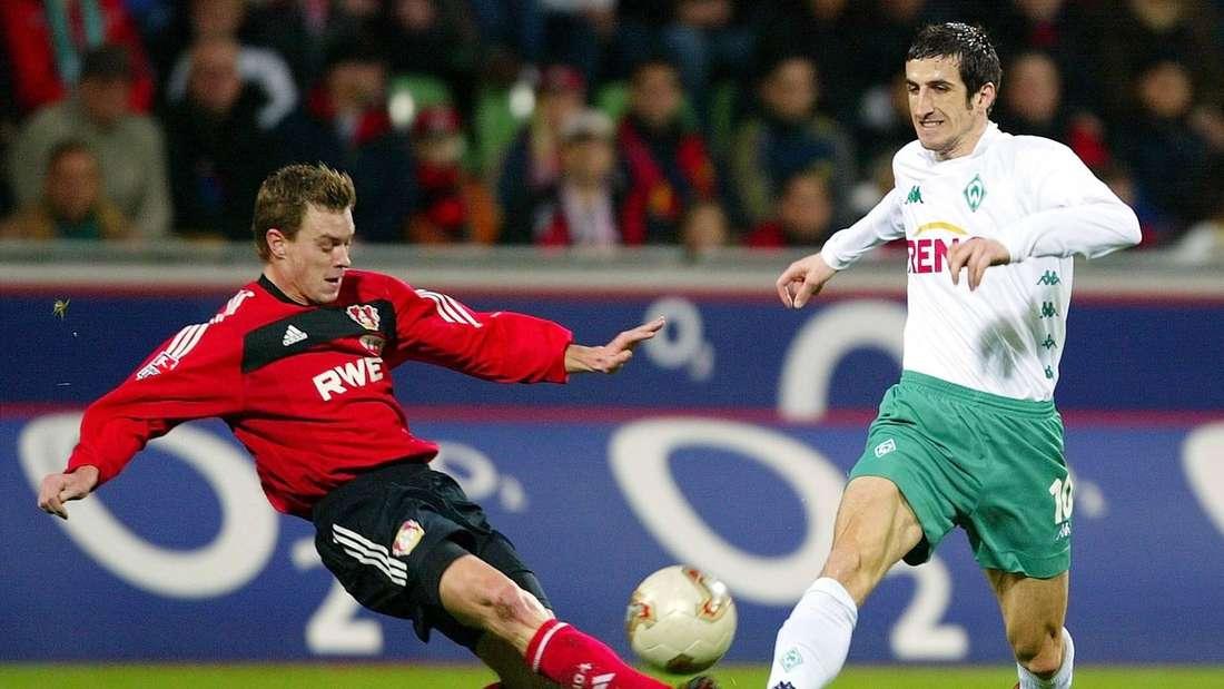 Hanno Balitsch (Bayer Leverkusen) grätscht seinen Gegenspieler um