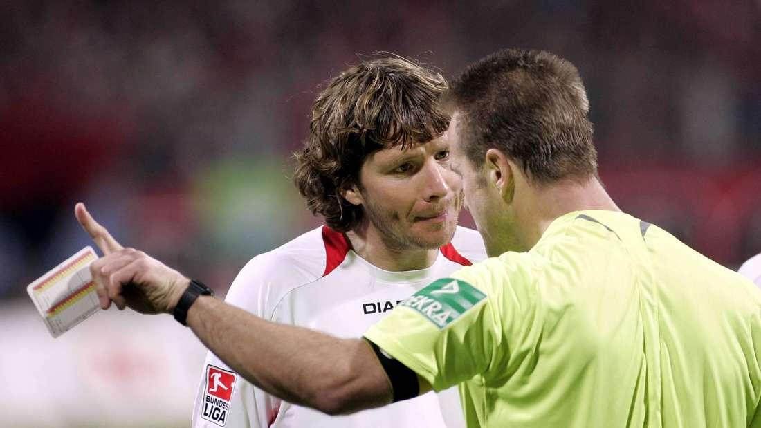 Michael Tarnat (Hannover 96) diskutiert mit Schiedsrichter Peter Gagelmann