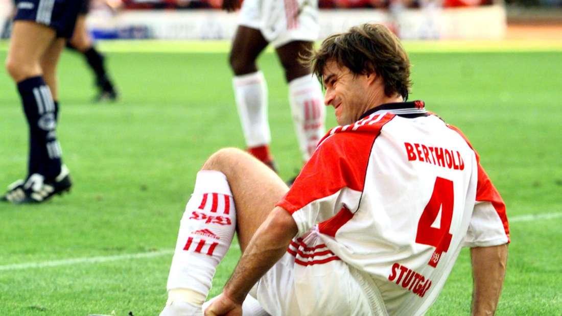 Thomas Berthold sitzt auf dem Rasen