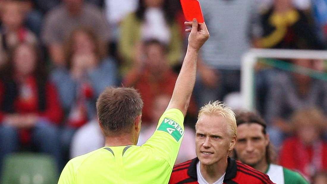 Carsten Ramelow sieht gegen den VfL Wolfsburg die Rote Karte.