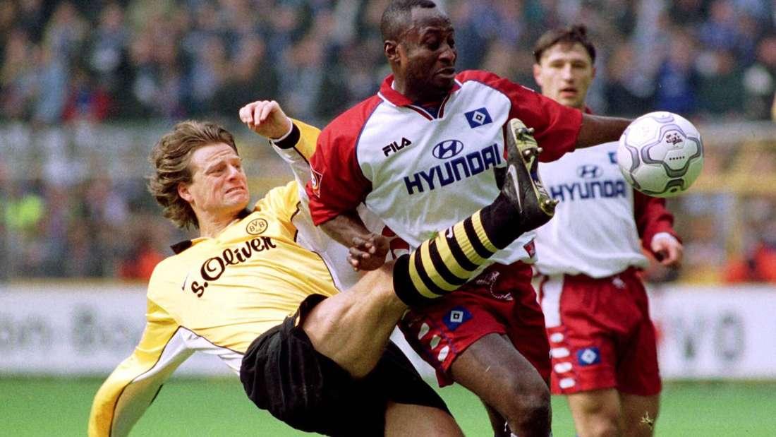 Christian Wörns im Zweikampf mit Anthony Yeboah.