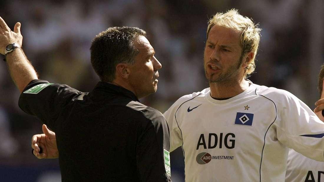 Sergej Barbarez hadert mit der Schiedsrichterentscheidung.