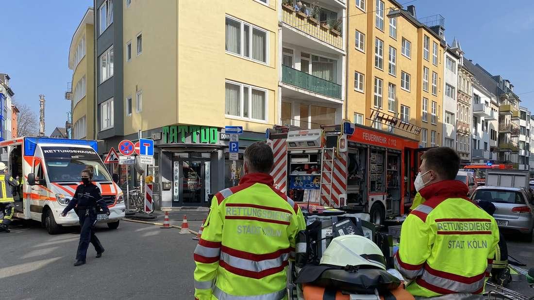 Die Feuerwehr Köln am Mittwoch (24. März) am Einsatzort in der Huhnsgasse in der Altstadt-Süd