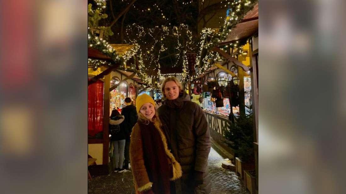 Sebastiaan Bornauw mit seiner Schwester Charlotte auf einem Weihnachtsmarkt.