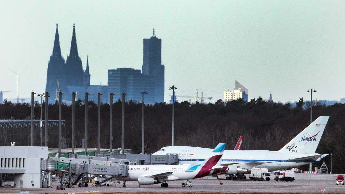 Der Flughafen Köln/Bonn mit zwei Fliegern und dem Dom im Hintergund.