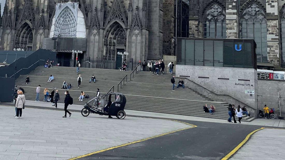 Ein asphaltierter Weg mit gelber Markierung auf dem Bahnhofsvorplatz in Köln.