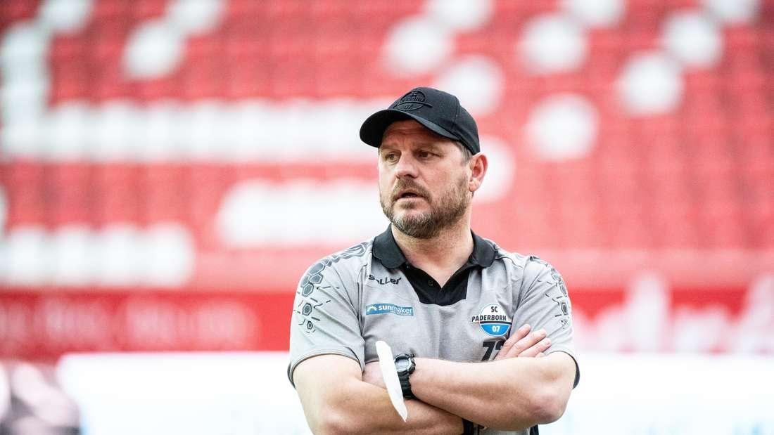 Trainer Steffen Baumgart von Paderborn steht auf dem Spielfeld.