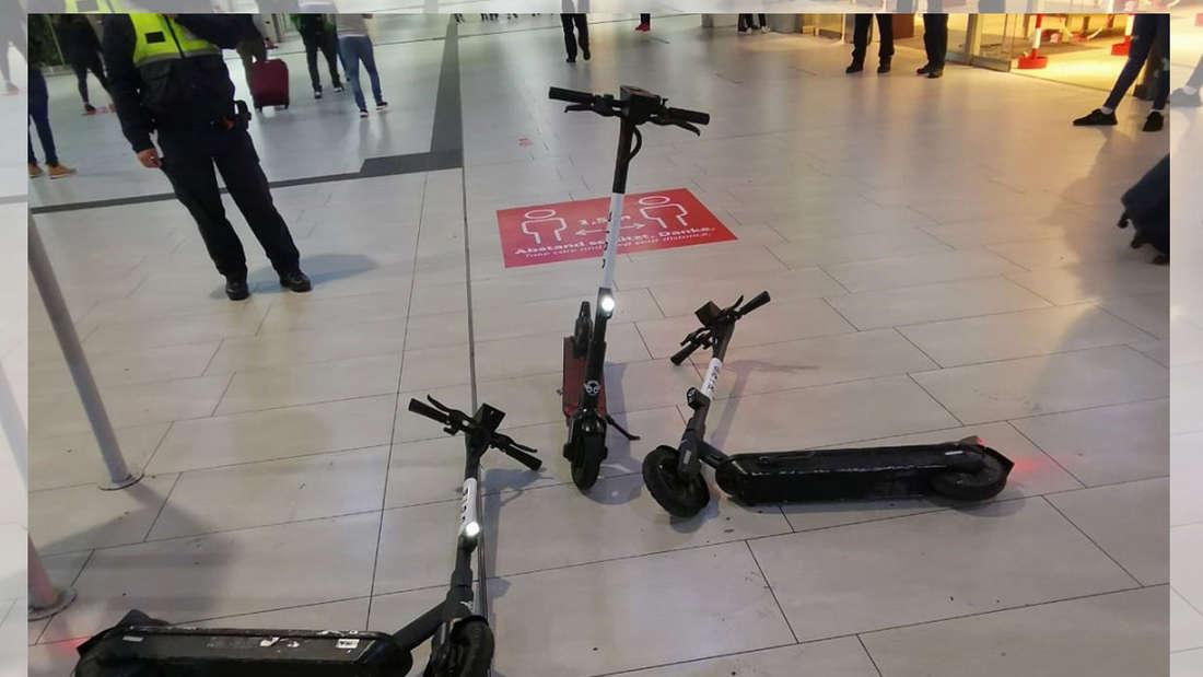 Drei E-Roller in der Bahnhofshalle des Hauptbahnhofs Düsseldorf.
