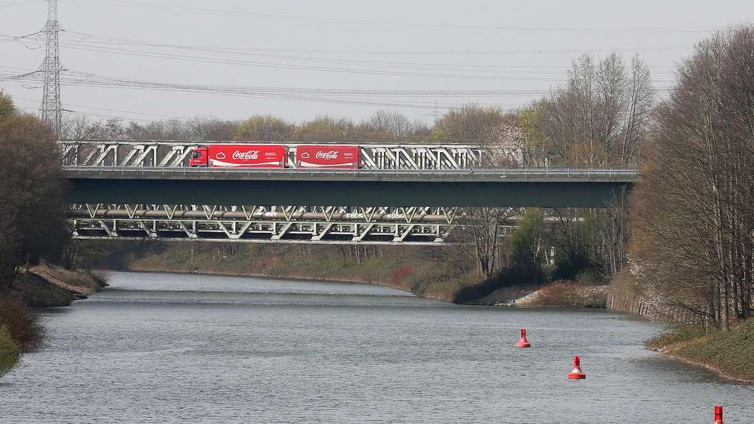 Über die Brücke an der A43 über den Rhein-Herne-Kanal fahren noch LKWs.