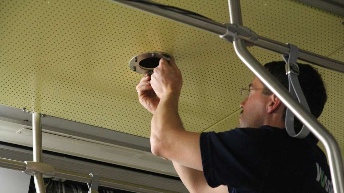 Ein Mitarbeiter der KVB arbeitet an der Beleuchtung.