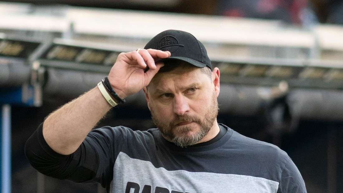 SC Paderborn 07: Steffen Baumgart fasst sich an seine Cap.