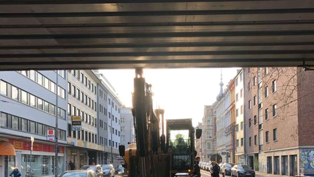 Der verunfallte Bagger an der Brücke Aachener Straße Kreuzung Moltkestraße.
