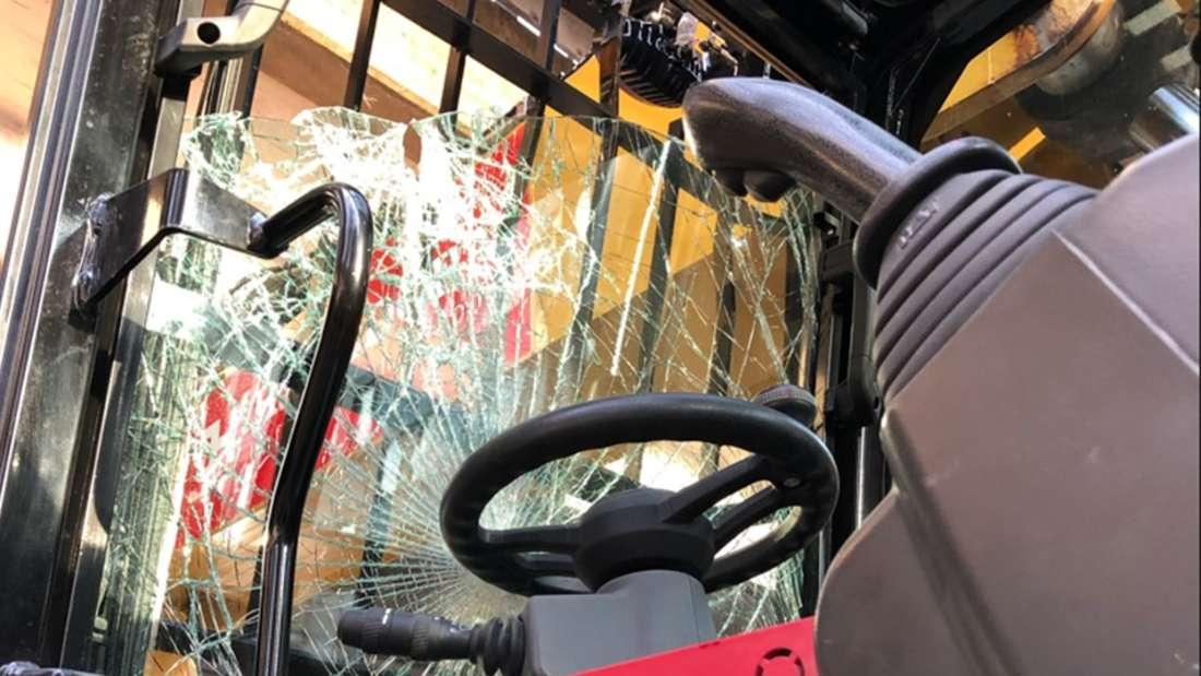 Das Fahrerfenster des Baggers, der am 14.04.2021 auf der Aachener Straße einen Unfall hatte.