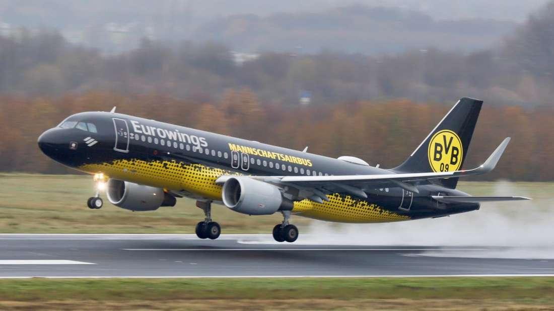 Der BVB Mannschafts-Airbus von Eurowings hebt am Flughafen Dortmund ab.
