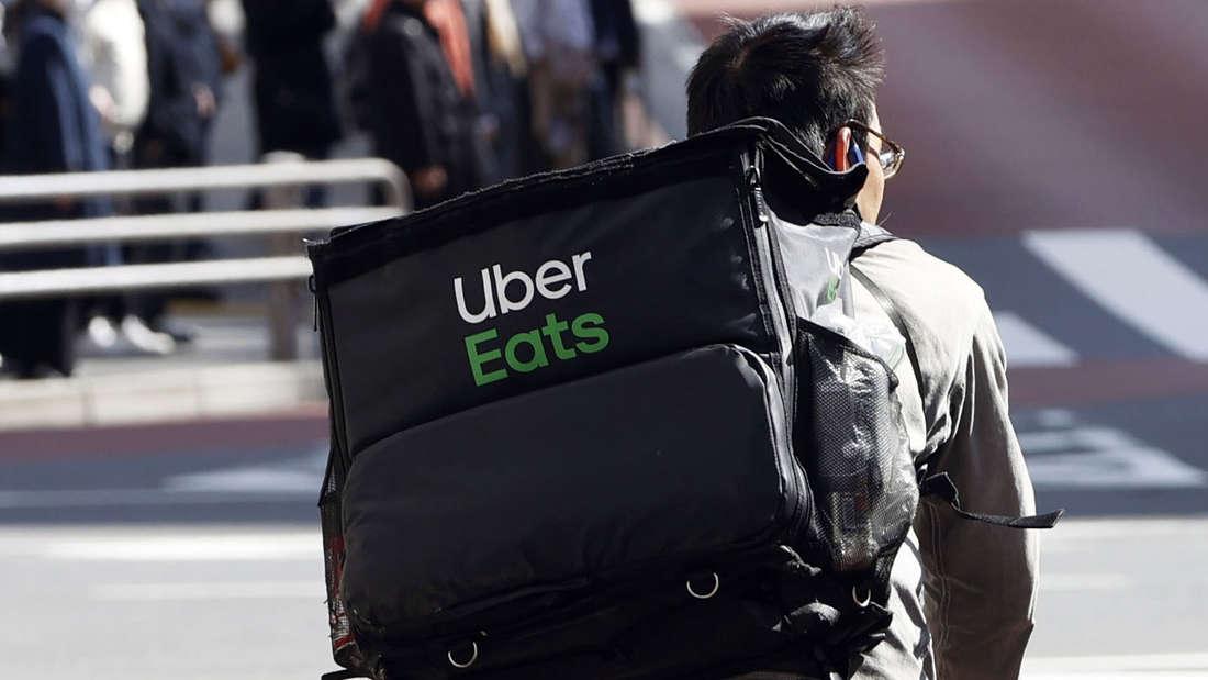 Ein Uber Eats-Fahrer auf einem Fahrrad.