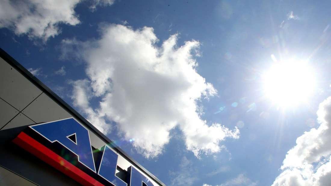 Das Aldi-Emblem prangt an einer Fassade vor dem Himmel