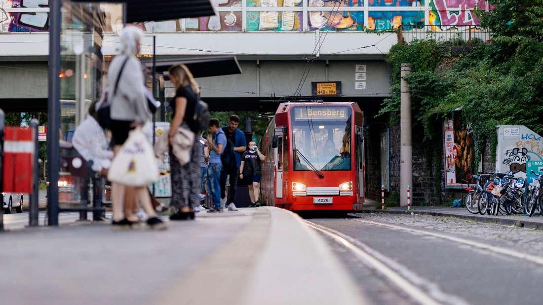 Eine Straßenbahn der KVB Linie 1 fährt auf der Aachener Straße in Richtung Neumarkt.