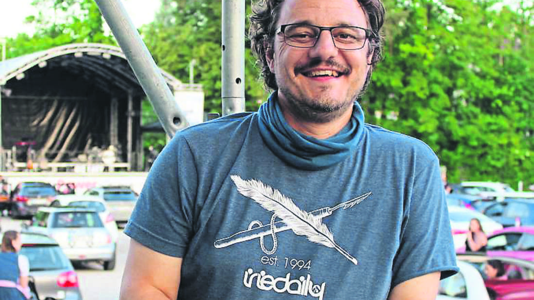 Dachaus Kulturamtsleiter Tobias Schneider bei einem Autokonzert im Corona-Jahr 2020.