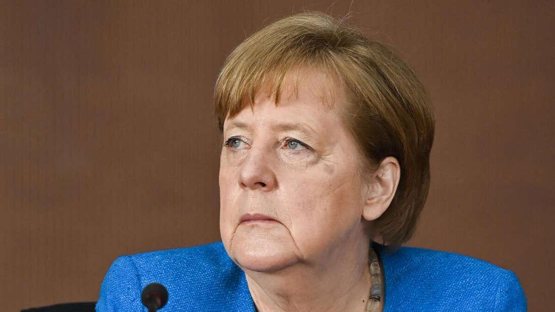 Angela Merkel, blauer Blazer, nachdenklicher Blick