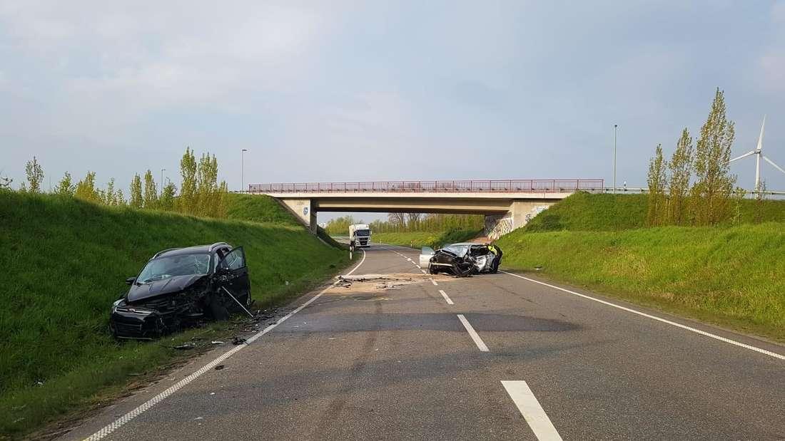 Zwei schwer beschädigte Fahrzeuge nach einem Unfall in Wesel.