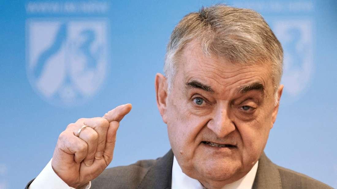Herbert Reul, Innenminister des Landes Nordrhein-Westfalen (CDU), spricht bei einer Pressekonferenz