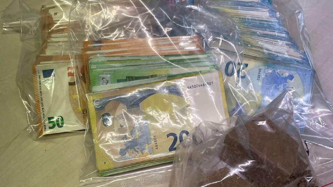Tüten mit Bargeld und Rauschgift