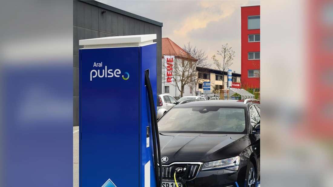Bei REWE in Ingolstadt können Kunden ihr E-Auto bei Aral laden.