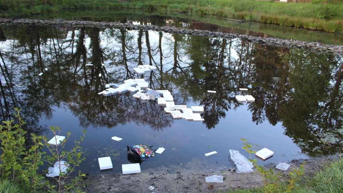 Tablets und weiße Verpackungen schwimmen in einem Teich
