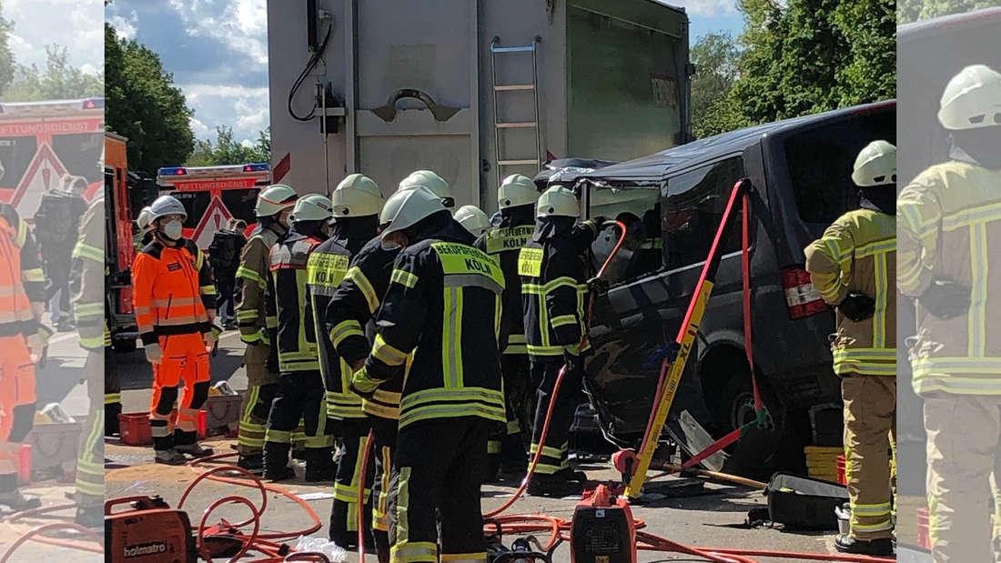 Mehrere Einsatzkräfte rückten bei dem Verkehrsunfall auf der A555 aus.