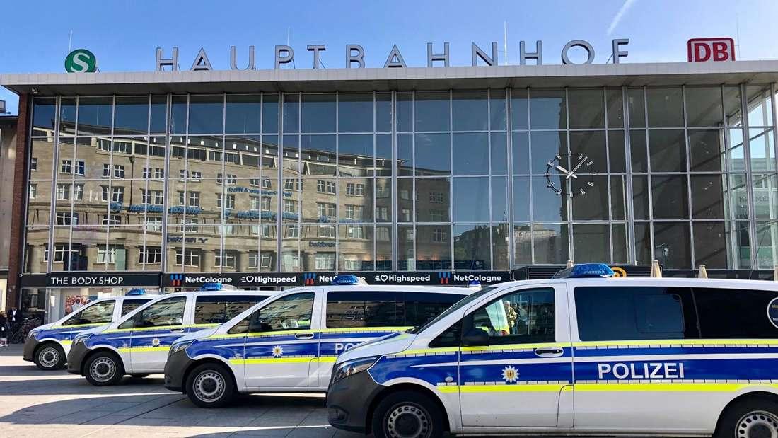 Polizeifahrzeuge stehen aufgereiht vor dem Kölner Hauptbahnhof.