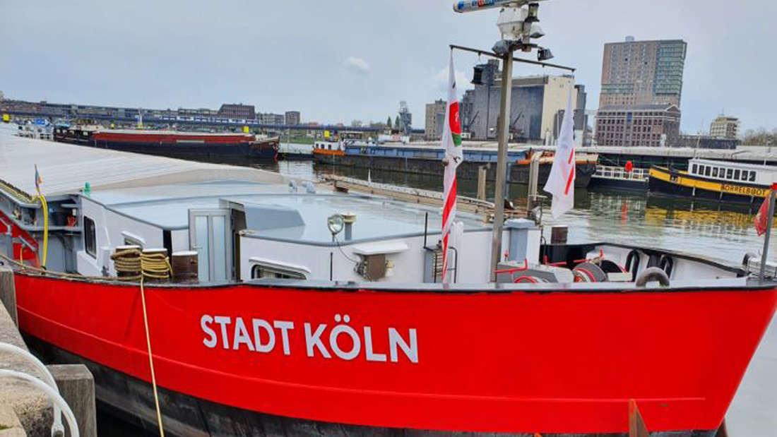 """Ein Schiff mit dem Namen """"Stadt Köln"""" liegt im Hafen in Rotterdam an."""