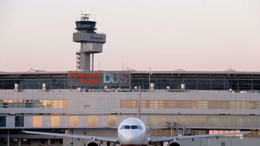 Ein Flugzeug steht vor dem Flughafen Düsseldorf.