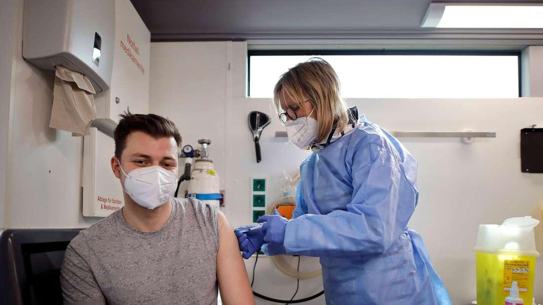 Ein Mann in Chorweiler lässt sich im Impfbus impfen.