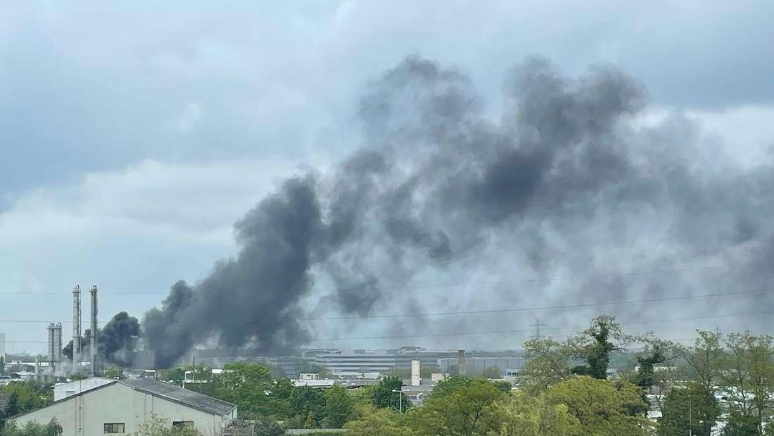 Die Rauchwolke bei  dem Brand der Chemieanlage war noch in großer Entfernung erkennbar.