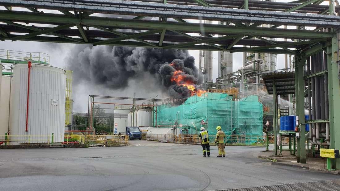 Zwei Feuerwehrkräfte beim Brand der Chemie-Anlage.